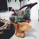Dekoracja świąteczna z ozdobnym świerkiem