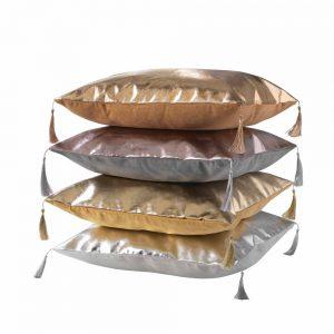 Metaliczna poduszka dekoracyjna z frędzlami